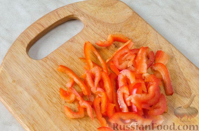 Фото приготовления рецепта: Салат из брокколи и помидоров, с перцем, маслинами и песто - шаг №5