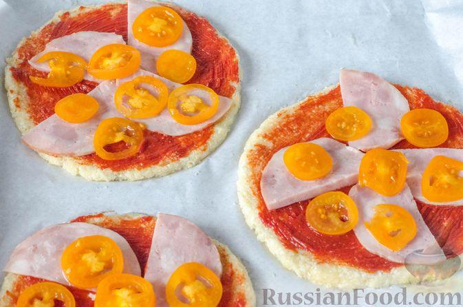 Фото приготовления рецепта: Пицца на корже из цветной капусты - шаг №15