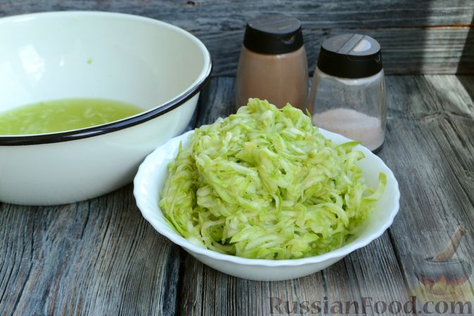Фото приготовления рецепта: Запеканка из кабачков с куриным фаршем и болгарским перцем - шаг №6