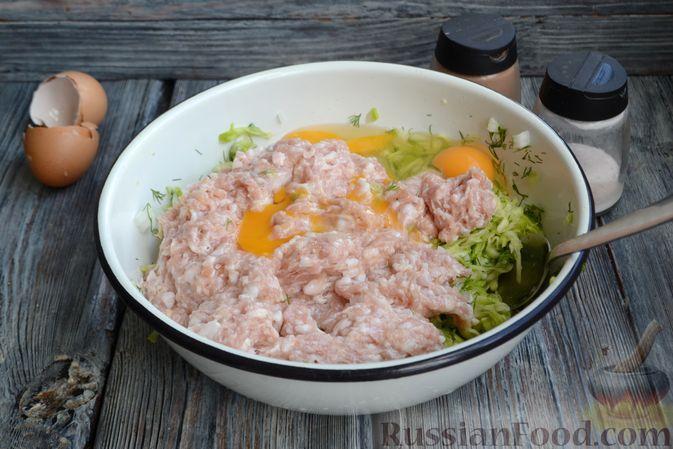Фото приготовления рецепта: Запеканка из кабачков с куриным фаршем и болгарским перцем - шаг №8