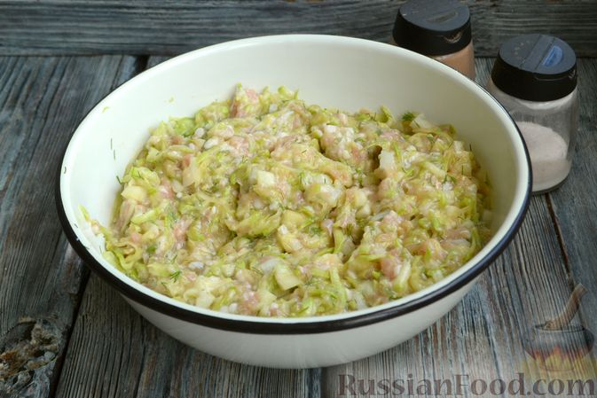 Фото приготовления рецепта: Запеканка из кабачков с куриным фаршем и болгарским перцем - шаг №9
