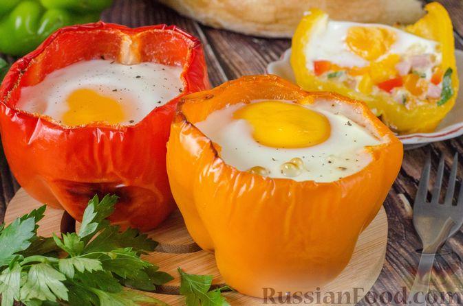 Фото к рецепту: Яичница-глазунья в перце, с сыром, ветчиной и луком (в духовке)