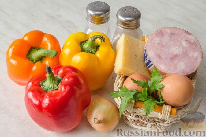 Фото приготовления рецепта: Яичница-глазунья в перце, с сыром, ветчиной и луком (в духовке) - шаг №1