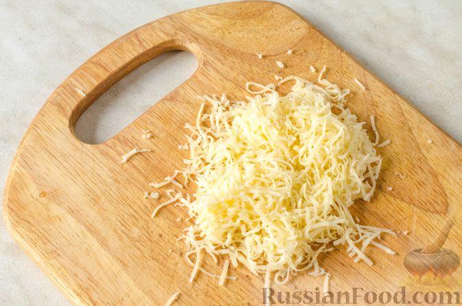 Фото приготовления рецепта: Яичница-глазунья в перце, с сыром, ветчиной и луком (в духовке) - шаг №3