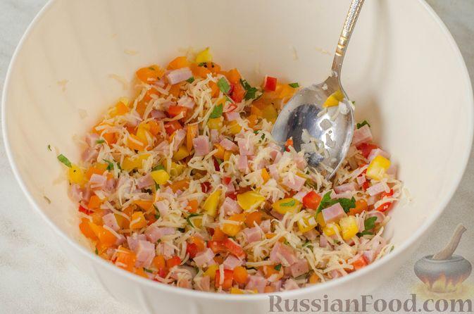 Фото приготовления рецепта: Яичница-глазунья в перце, с сыром, ветчиной и луком (в духовке) - шаг №7