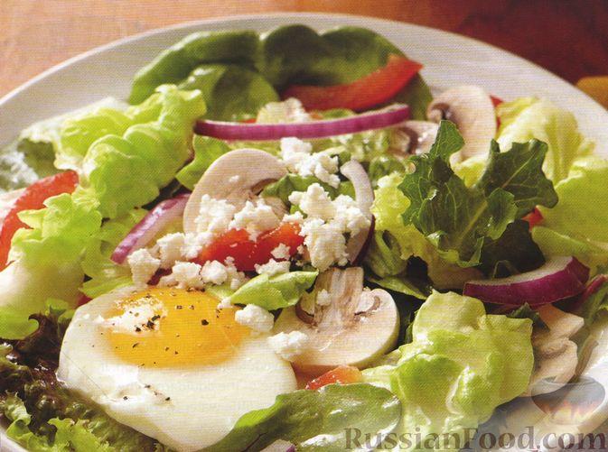 Фото к рецепту: Салат с яйцами-пашот, сырыми шампиньонами, сладким перцем и фетой
