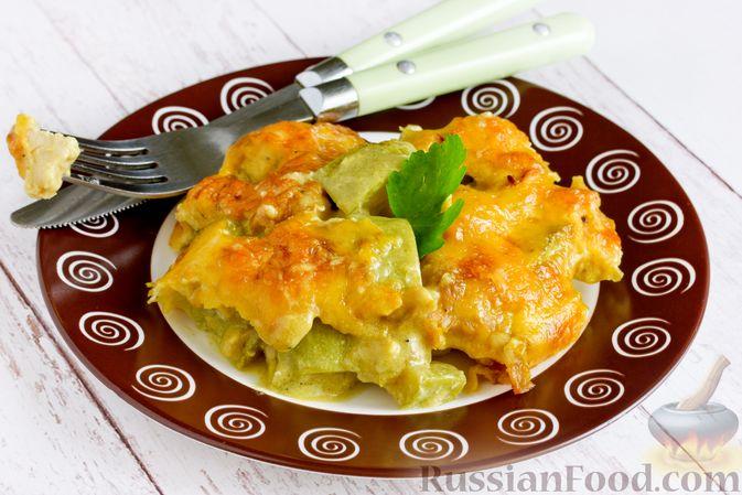 Фото к рецепту: Куриное филе, запечённое с кабачком, в соево-сметанном соусе