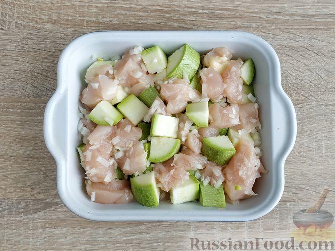 Фото приготовления рецепта: Куриное филе, запечённое с кабачком, в соево-сметанном соусе - шаг №5