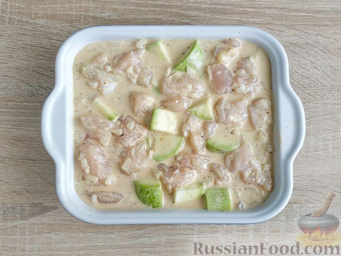 Фото приготовления рецепта: Куриное филе, запечённое с кабачком, в соево-сметанном соусе - шаг №9