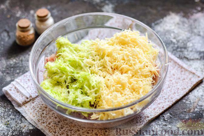 Фото приготовления рецепта: Котлеты из индейки с кабачком и сыром - шаг №5