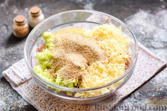 Фото приготовления рецепта: Котлеты из индейки с кабачком и сыром - шаг №7