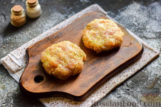 Фото приготовления рецепта: Котлеты из индейки с кабачком и сыром - шаг №9