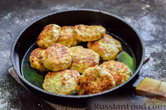 Фото приготовления рецепта: Котлеты из индейки с кабачком и сыром - шаг №11