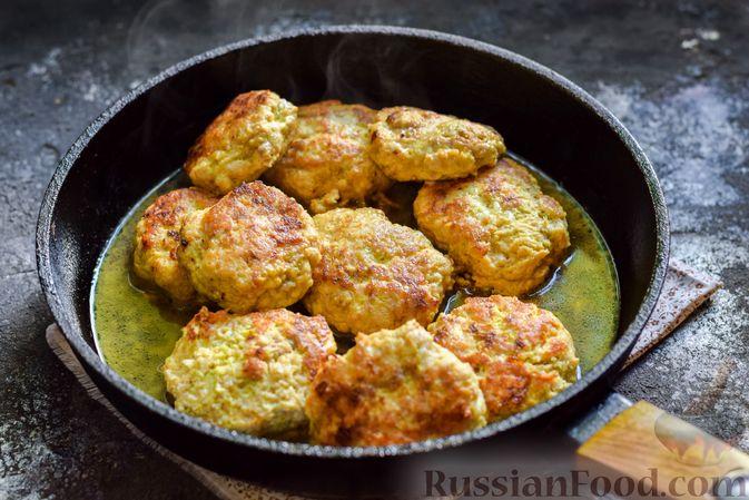 Фото приготовления рецепта: Котлеты из индейки с кабачком и сыром - шаг №12