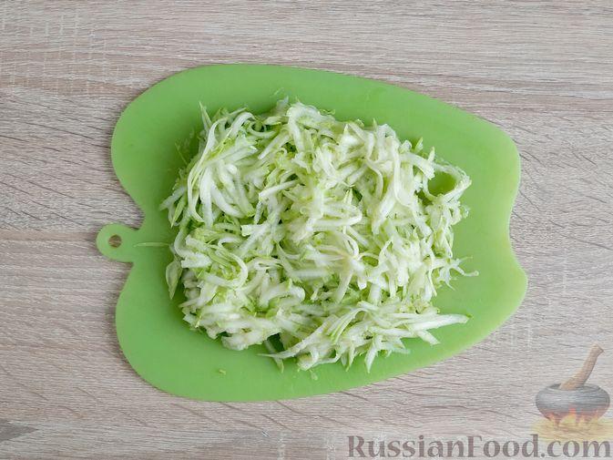 Фото приготовления рецепта: Кабачковые маффины с цедрой лимона - шаг №5