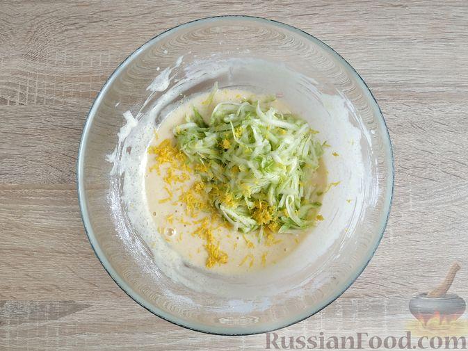 Фото приготовления рецепта: Кабачковые маффины с цедрой лимона - шаг №7