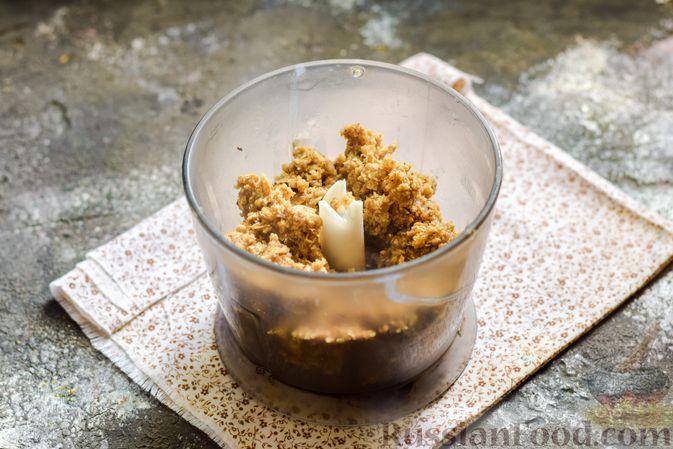 Фото приготовления рецепта: Творожные конфеты с овсяными хлопьями и бананом - шаг №6