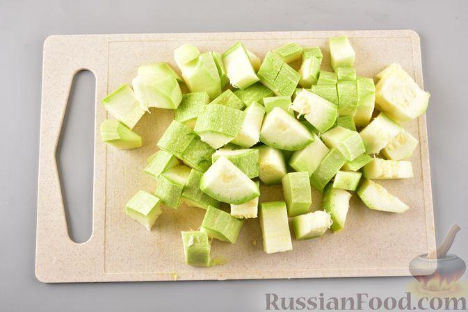 Фото приготовления рецепта: Рагу из куриного филе, с кабачками, молодой картошкой и помидорами - шаг №2