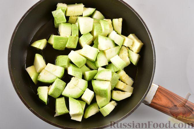 Фото приготовления рецепта: Рагу из куриного филе, с кабачками, молодой картошкой и помидорами - шаг №3