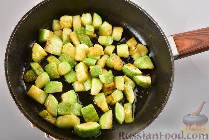 Фото приготовления рецепта: Рагу из куриного филе, с кабачками, молодой картошкой и помидорами - шаг №4