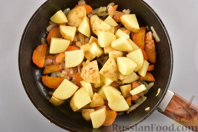 Фото приготовления рецепта: Рагу из куриного филе, с кабачками, молодой картошкой и помидорами - шаг №11