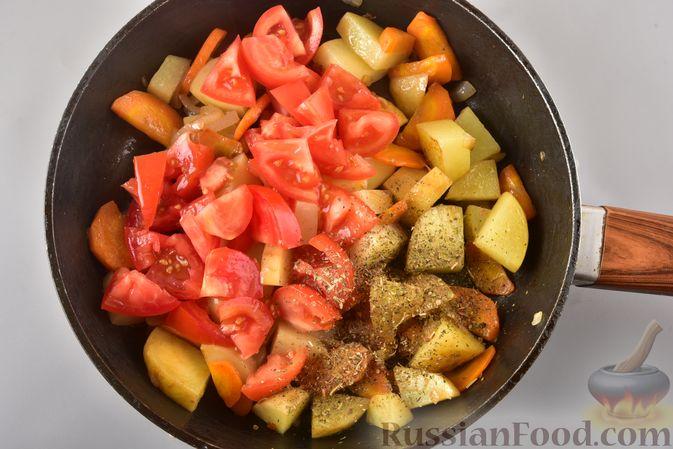 Фото приготовления рецепта: Рагу из куриного филе, с кабачками, молодой картошкой и помидорами - шаг №13