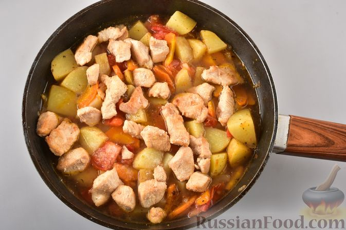 Фото приготовления рецепта: Рагу из куриного филе, с кабачками, молодой картошкой и помидорами - шаг №15