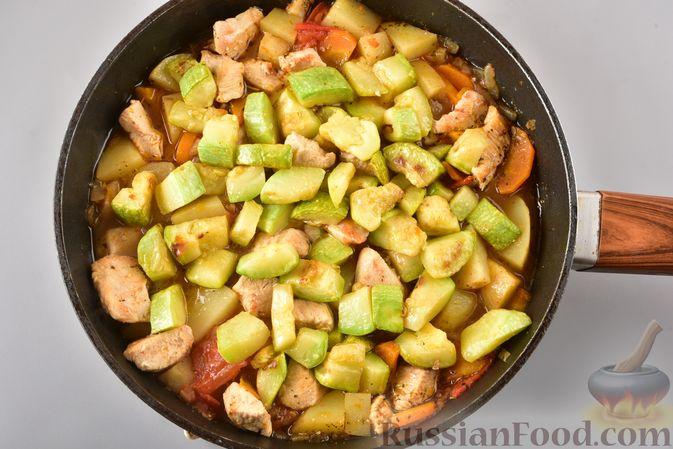Фото приготовления рецепта: Рагу из куриного филе, с кабачками, молодой картошкой и помидорами - шаг №16