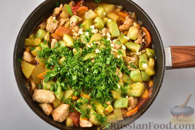 Фото приготовления рецепта: Рагу из куриного филе, с кабачками, молодой картошкой и помидорами - шаг №17