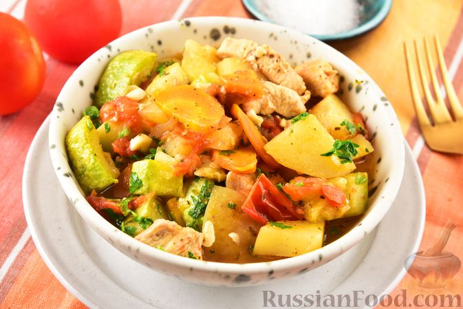 Фото приготовления рецепта: Рагу из куриного филе, с кабачками, молодой картошкой и помидорами - шаг №18