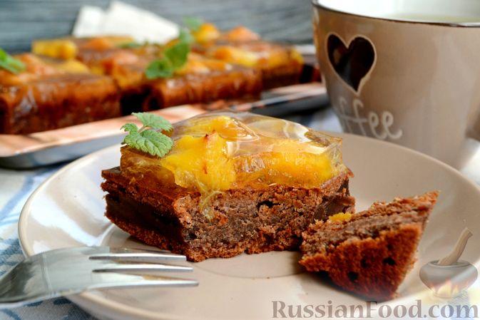 Фото к рецепту: Шоколадно-творожный пирог с консервированными персиками и желе