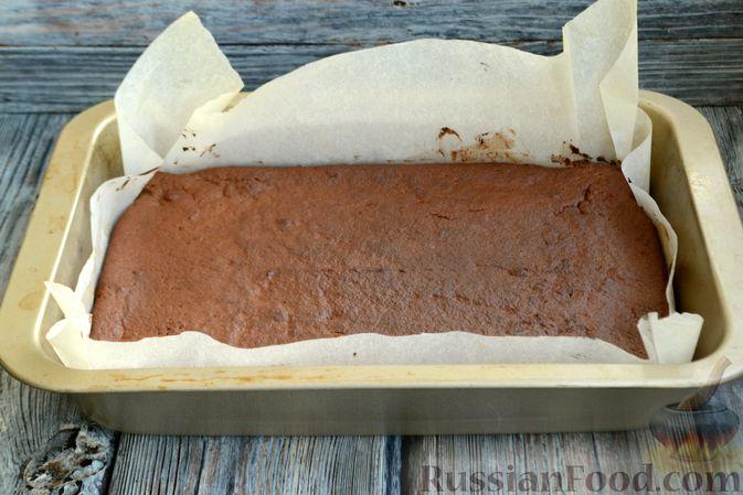 Фото приготовления рецепта: Шоколадно-творожный пирог с консервированными персиками и желе - шаг №8