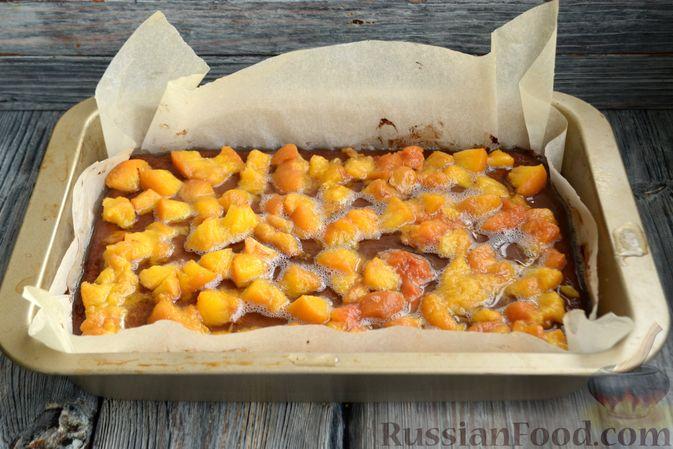 Фото приготовления рецепта: Шоколадно-творожный пирог с консервированными персиками и желе - шаг №10