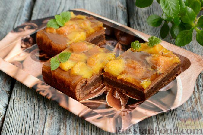 Фото приготовления рецепта: Шоколадно-творожный пирог с консервированными персиками и желе - шаг №13