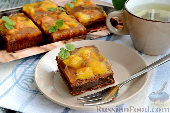Фото приготовления рецепта: Шоколадно-творожный пирог с консервированными персиками и желе - шаг №14