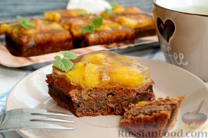 Фото приготовления рецепта: Шоколадно-творожный пирог с консервированными персиками и желе - шаг №15