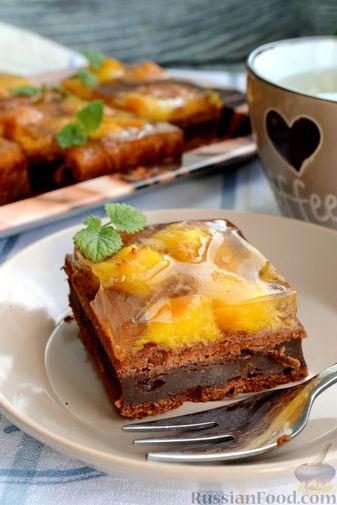 Фото приготовления рецепта: Шоколадно-творожный пирог с консервированными персиками и желе - шаг №16