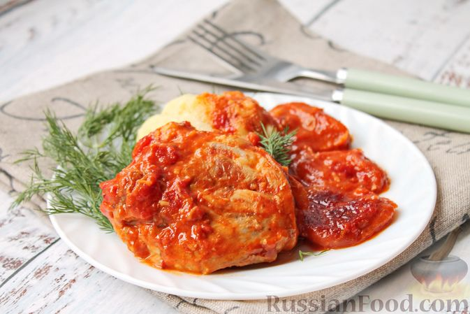 Фото к рецепту: Курица, тушенная в томатном соусе, с курагой, имбирём и карри