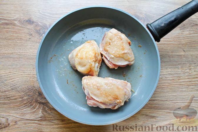 Фото приготовления рецепта: Курица, тушенная в томатном соусе, с курагой, имбирём и карри - шаг №2