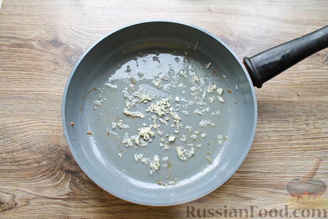 Фото приготовления рецепта: Курица, тушенная в томатном соусе, с курагой, имбирём и карри - шаг №3