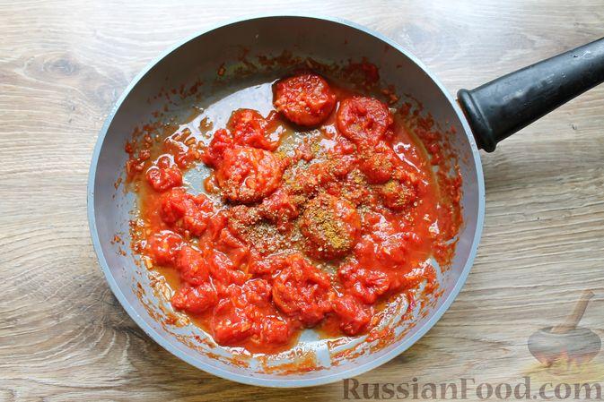 Фото приготовления рецепта: Курица, тушенная в томатном соусе, с курагой, имбирём и карри - шаг №7