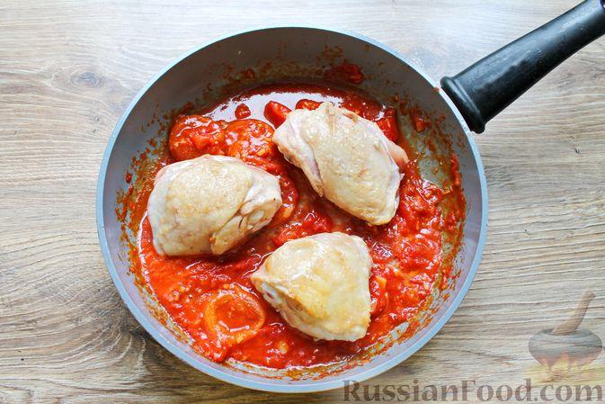 Фото приготовления рецепта: Курица, тушенная в томатном соусе, с курагой, имбирём и карри - шаг №8