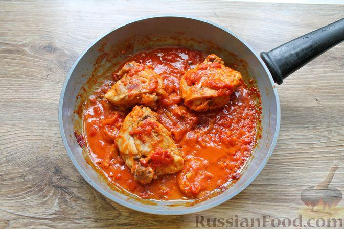 Фото приготовления рецепта: Курица, тушенная в томатном соусе, с курагой, имбирём и карри - шаг №9