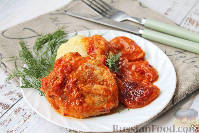 Фото приготовления рецепта: Курица, тушенная в томатном соусе, с курагой, имбирём и карри - шаг №10