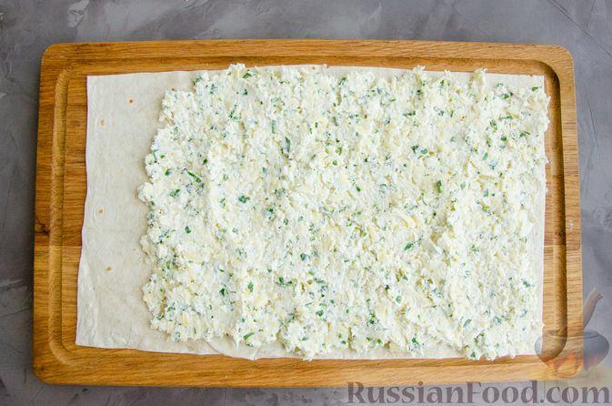 Фото приготовления рецепта: Рулет из лаваша с сыром, творогом и зеленью - шаг №5