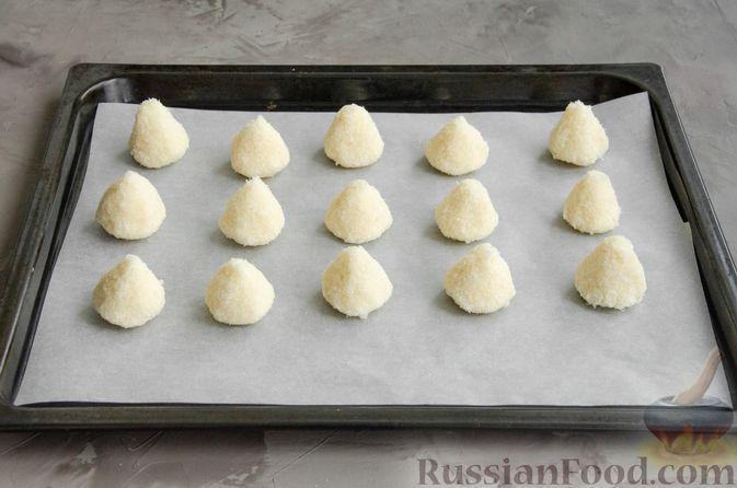 Фото приготовления рецепта: Кокосовое печенье с шоколадом - шаг №5