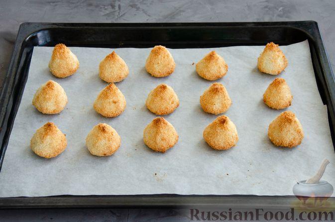 Фото приготовления рецепта: Кокосовое печенье с шоколадом - шаг №6