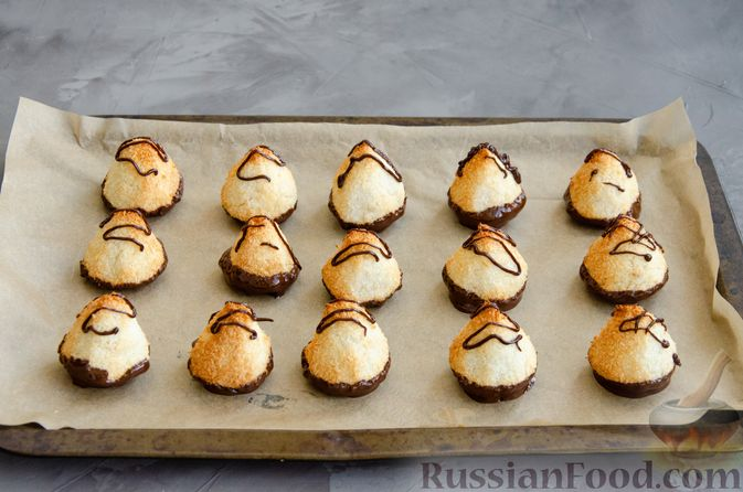 Фото приготовления рецепта: Кокосовое печенье с шоколадом - шаг №8