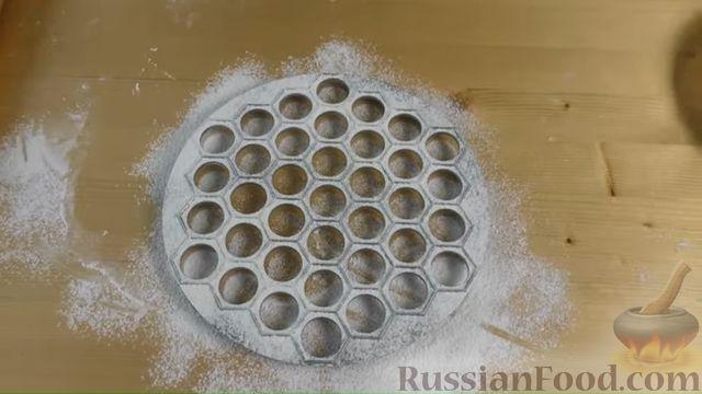 Фото приготовления рецепта: Дрожжевые мини-пирожки с картофельным пюре с зеленью и моцареллой - шаг №5