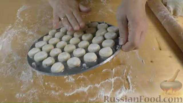 Фото приготовления рецепта: Дрожжевые мини-пирожки с картофельным пюре с зеленью и моцареллой - шаг №10